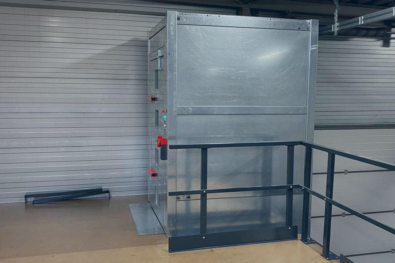 Goederenlift TCT in magazijn open deur
